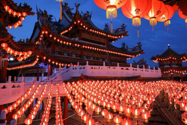 Lanterns are lit up at Thean Hou Temple, during Chinese Lunar New Year celebrations, amid the coronavirus disease (COVID-19) outbreak in Kuala Lumpur, Malaysia February 12, 2021. REUTERS/Lim Huey Teng (Foto: REUTERS/Lim Huey Teng)