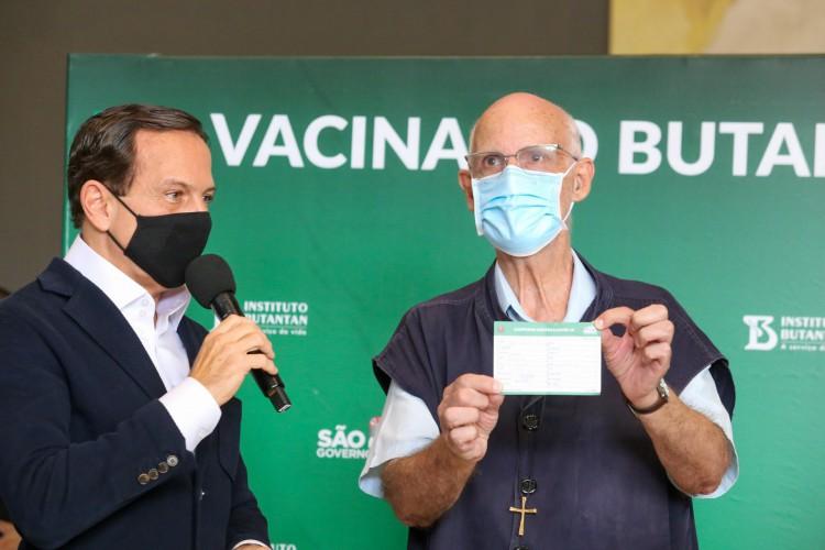 Padre Julio Lancelotti foi vacinado em São Paulo (Foto: Divulgação/Governo de São Paulo)