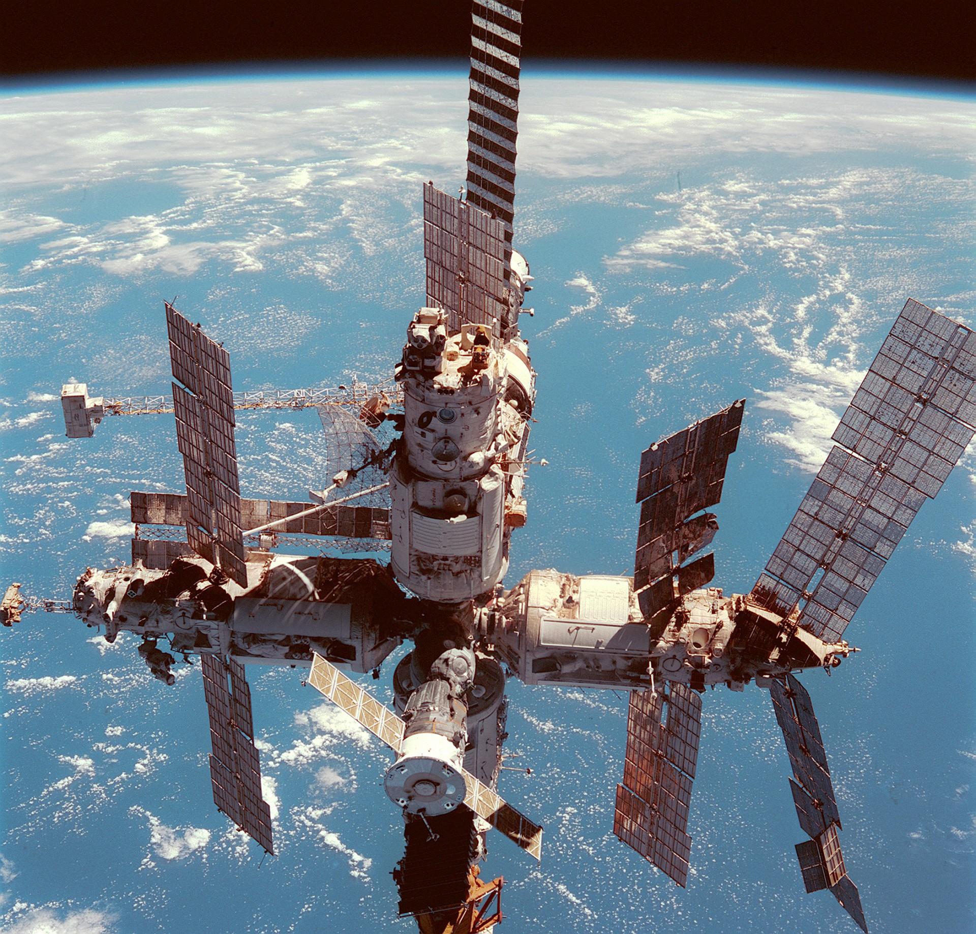 Ele deveria ficar cinco meses na órbita da Terra realizando reparos na estação espacial Mir