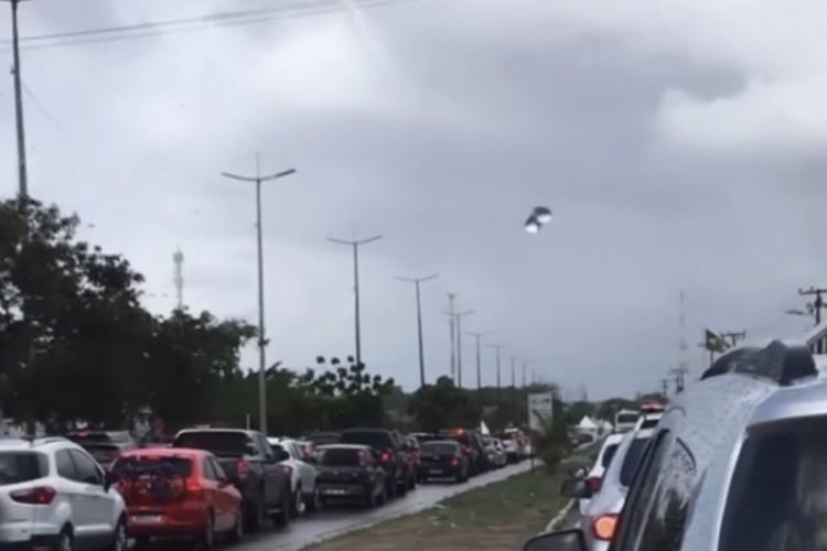 Motoristas que tentam sair de Fortaleza neste sábado, 13, estão enfrentando longas filas de veículos nas vias que dão acesso às barreiras sanitárias (Foto: Reprodução/Instagram)