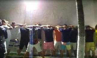 Polícia revista participantes de festa clandestina em casa de veraneio em Aquiraz, com cerca de 150 pessoas