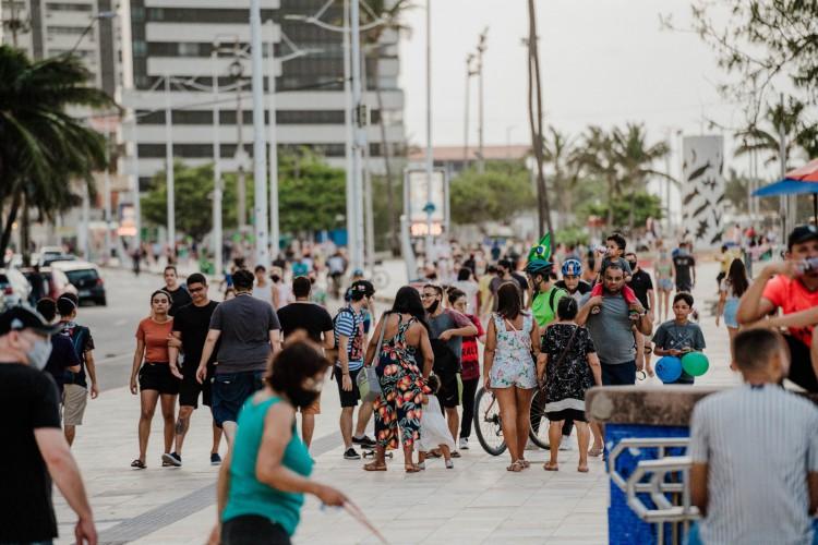 FORTALEZA, CE, BRASIL, 14-02-2021: Movimentação de pessoas no Aterro da Praia de Iracema, em Fortaleza (Foto: JÚLIO CAESAR)