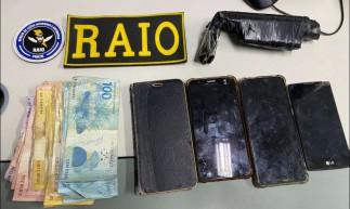 Polícia Militar apreende celulares, dinheiro e um simulacro de arma de folgo com uma dupla em uma moto