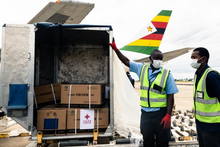 Vacinas enviadas pela China para o Zimbábue (Foto: AFP)