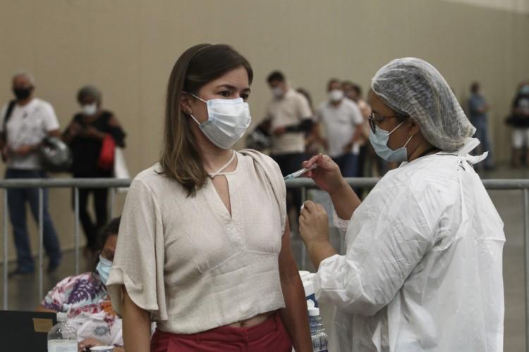 Vacinação em Fortaleza segue nesta segunda-feira (15/03) para profissionais de saúde e idosos. (Foto: Fábio Lima/O POVO)