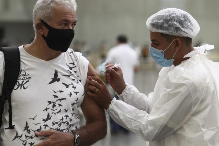 FORTALEZA,CE, BRASIL, 15.02.2021: Vacinação de profissionais de saude no dia em que completaremos cem mil doses aplicadas no Ceará.  Centro de eventos.  (Fotos: Fabio Lima/O POVO) (Foto: FABIO LIMA)