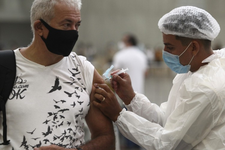 Centro de eventos, em Fortaleza, tem recebido profissionais de saúde para aplicação das doses. (Foto: Fábio Lima/O POVO)