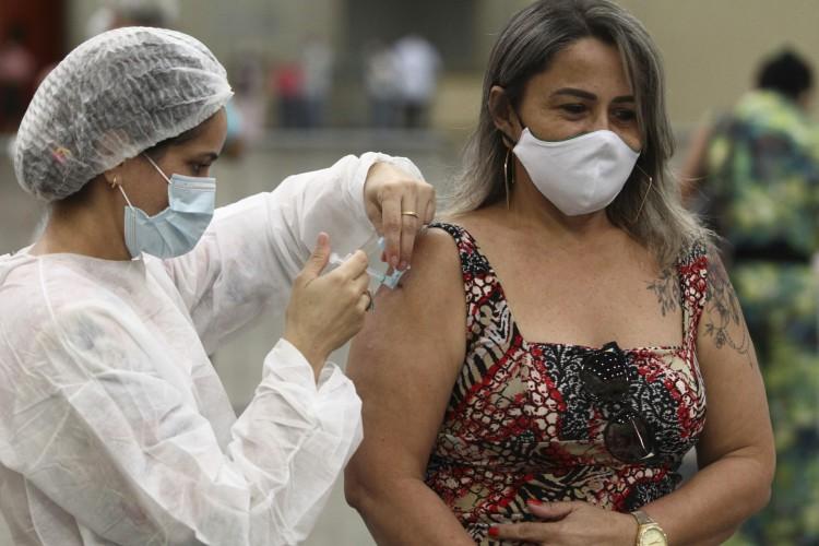 Vacinação segue nesta quinta-feira (23/02) para profissionais de saúde e idosos faltosos dos agendamentos anteriores. (Foto: FABIO LIMA)