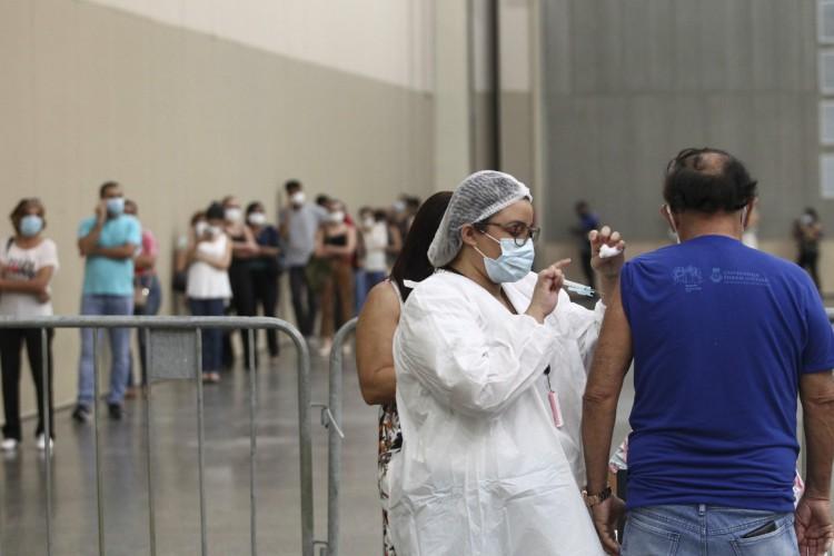 Vacinação de profissionais de saúde no Centro de Eventos do Ceará (Foto: FABIO LIMA)