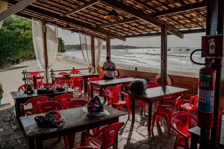 Barracas de praia e congêneres não têm permissão de funcionamento durante o lockdown em Fortaleza. (Foto: JÚLIO CAESAR)