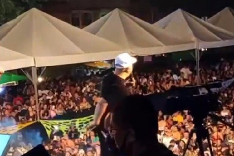 O público gravou e publicou cenas das aglomerações na noite que teve show do cantor Belo  (Foto: Reprodução/Redes sociais)