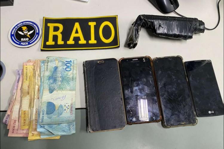 Polícia Militar apreende celulares, dinheiro e um simulacro de arma de folgo com uma dupla em uma moto (Foto: Foto: Ascom/SSPDS)