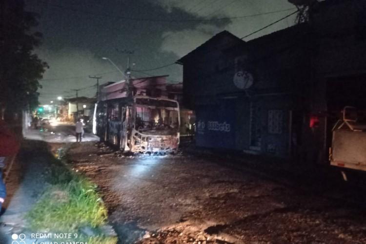 Ônibus foi incendiado na noite de doningo, 14, no bairro Maraponga (Foto: Foto: O POVO/Via Whatsapp)