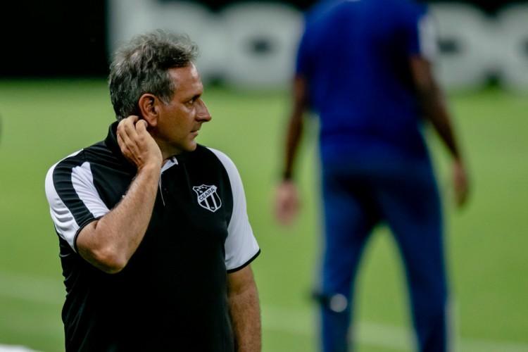Auxiliar técnico Daniel Azambuja à beira do campo no jogo Ceará x Fluminense, na Arena Castelão, pelo Campeonato Brasileiro Série A (Foto: Aurélio Alves/O POVO)