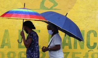 FORTALEZA,CE, BRASIL, 16.02.2021: Movimentação no centro, aonde chove e as pessoas andam com guarda chuvas. (Fotos: Fabio Lima/O POVO)