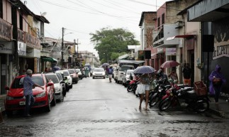 Ruas e praças de Paracuru com pequena movimentação na manhã chuvosa desta terça-feira, 16. (Foto: Júlio Caesar/O POVO)