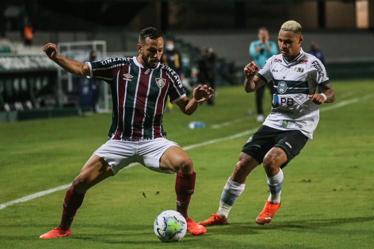 Atacante Neílton marca o volante Yago no jogo Coritiba x Fluminense, no Couto Pereira, pelo Campeonato Brasileiro Série A (Foto: LUCAS MERÇON / FLUMINENSE F.C.)