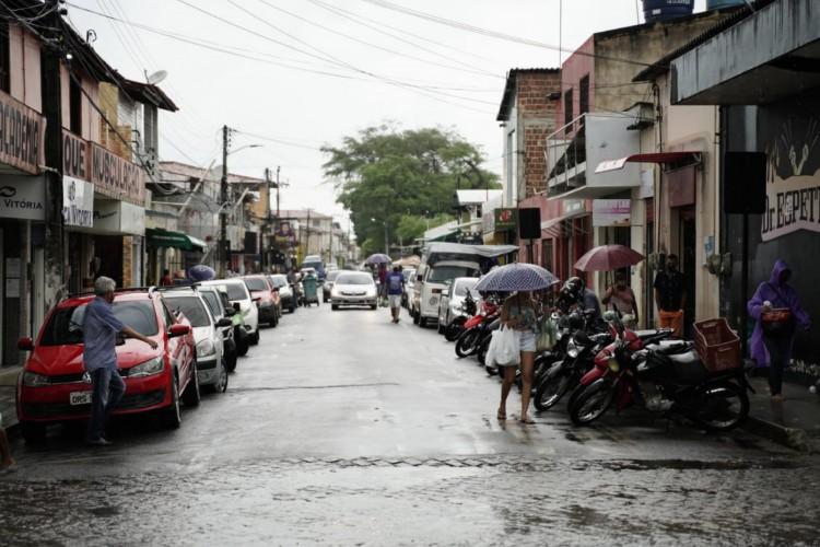 Ruas e praças de Paracuru com pequena movimentação na manhã chuvosa de terça-feira, 16 de fevereiro (Foto: Júlio Caesar/O POVO)
