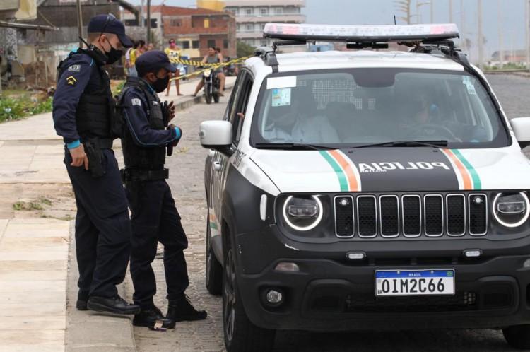 Policiais militares no local das três mortes, em frente ao calçadão da Vila do Mar. Causa dos crimes, que também envolveram espancamento e até estrangulamento, foi a rivalidade de membros de facções
