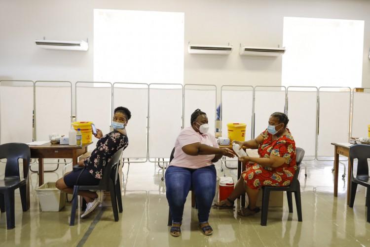 Enfermeiros e técnicos realizam um ensaio antes da campanha de vacinação que começa  em 18 de fevereiro, em Rustenburg, África do Sul (Foto: AFP)