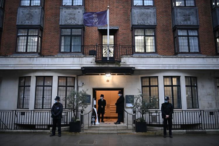 Policiais e porteiros estão na entrada do hospital King Edward VII no centro de Londres em 17 de fevereiro de 2021, onde o príncipe Philip da Grã-Bretanha, duque de Edimburgo foi admitido (Foto: AFP)