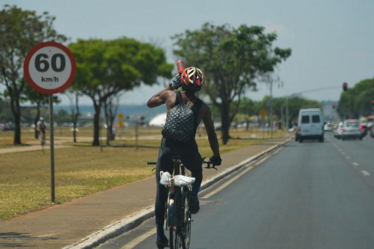 Na esplanada dos ministérios, pessoas utilizam suas bicicletas no dia de comemoração ao Dia Mundial Sem Carro (Marcello Casal Jr/Agência Brasil/Agência Brasil) (Foto: Marcello Casal Jr/Agência Brasil)