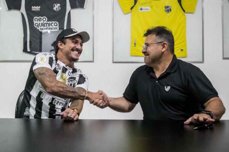Vina renovou contrato com o Ceará até o final de 2024 (Foto: Felipe Santos/ cearasc.com)