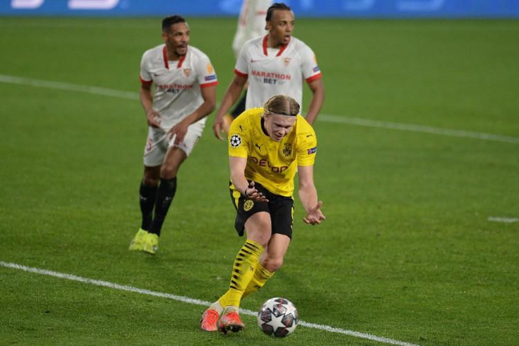 Haaland marcou os dois gols do Borussia Dortmund na partida de volta das oitavas da Champions League, contra o Sevilla (Foto: CRISTINA QUICLER / AFP)
