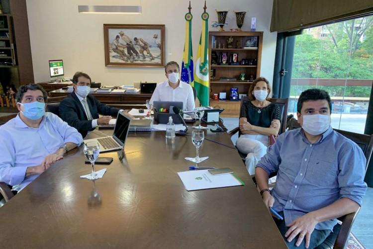 Camilo Santana esteve acompanho do secretário de saúde, Dr Cabeto, no anúncio dos novos leitos  (Foto: Governo do Estado do Ceará)