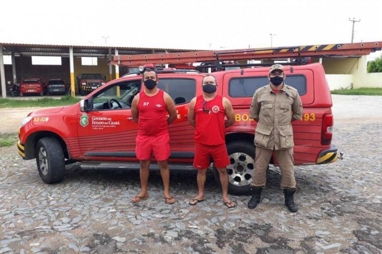 Membros do Corpo de Bombeiros procuram o corpo da criança morta em açude na Vila Caiçara. (Foto: Corpo de Bombeiros Militar do Ceará)