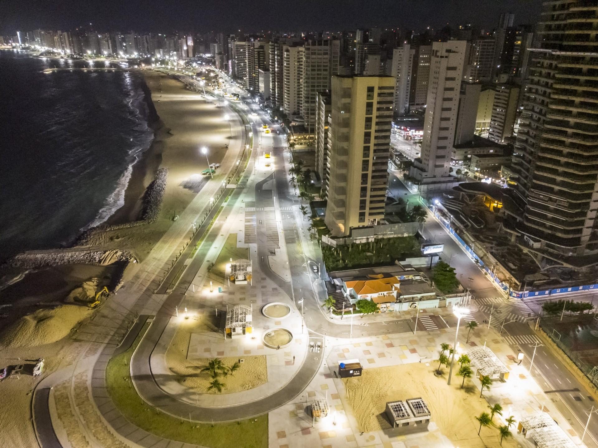 TOQUE DE RECOLHER às 22 horas deixou a orla de Fortaleza vazia (Foto: FCO FONTENELE)