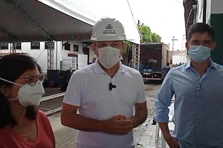 Prefeito José Sarto ao lado da Dr. Ana Estela, secretária municipal de saúde, e do Dr. Marcelo de Vasconcelos Castro, diretor do Frotinha de Messejana (Foto: Reprodução/Facebook)