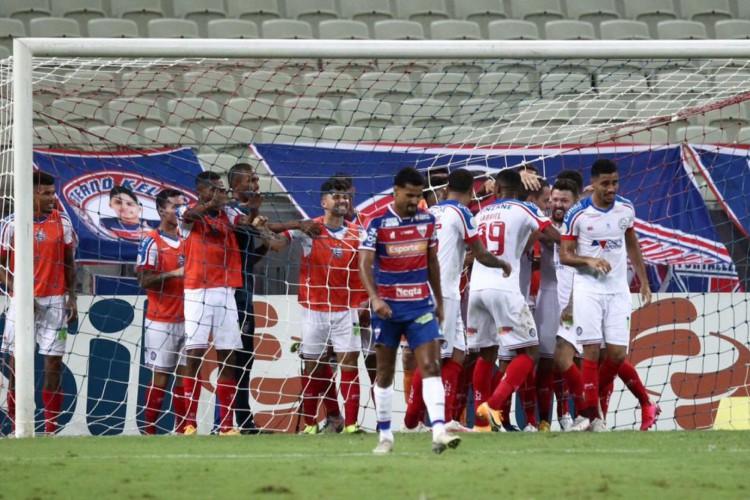 Gols do Bahia foram todos comemorados coletivamente entre titulares e reservas  (Foto: Fábio Lima/O POVO)