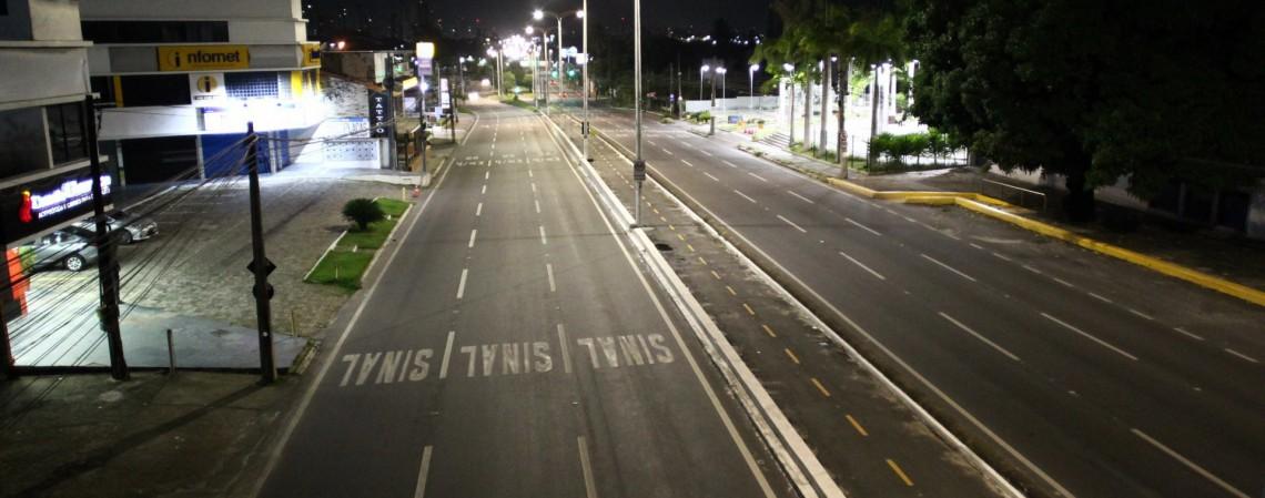FORTALEZA,CE, BRASIL, 20.02.2021: Avenidas vazias após toque de recolher determinado pelo governo do estado. Av. Washington Soares. (Fotos: Fabio Lima/O POVO) (Foto: FABIO LIMA)