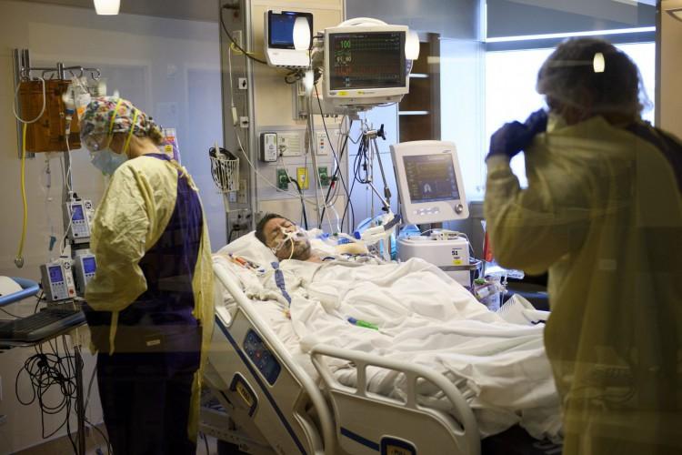 Intubação tem sido procedimento cada vez mais realizado na busca de manter a vida de pacientes com covid-19 (Foto: Reprodução/ AFP)