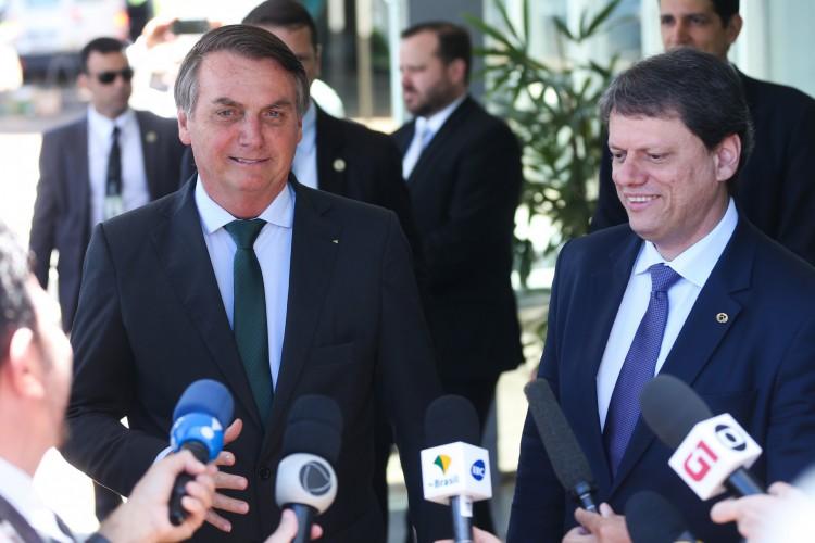 O presidente Jair Bolsonaro e o ministro da Infraestrutura, Tarcísio de Freitas durante entrevista à imprensa (Foto: Antonio Cruz/Agência Brasil)