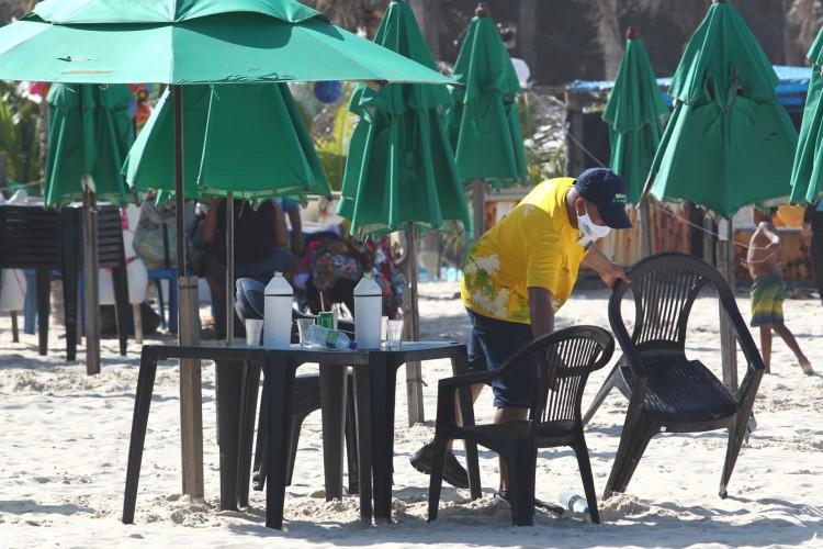 FORTALEZA,CE, BRASIL, 21.02.2021: Praia fica lotada após fechamento de barracas de acordo com decreto estadual.  (Fotos: Fabio Lima/O POVO) (Foto: FABIO LIMA)