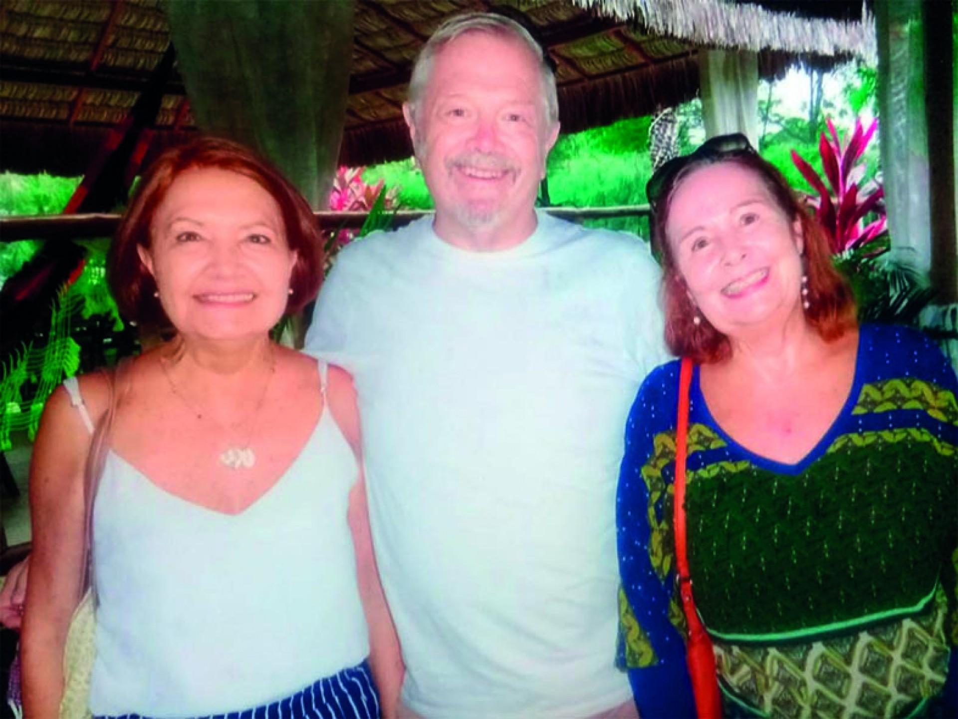 No Ibiza, Esther Weyne, que também é Maria, ladeando pela esquerda Philip Cox, que tem à direita sua mulher Naura Franco (by Evando)