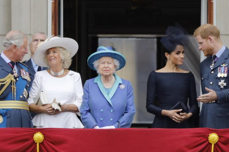 Em 2018. Príncipe Charles da Grã-Bretanha, Príncipe de Gales, Camilla da Grã-Bretanha, Duquesa da Cornualha, Rainha Elizabeth II da Grã-Bretanha, Meghan da Grã-Bretanha, Duquesa de Sussex e Príncipe Harry da Grã-Bretanha, Duque de Sussex, na varanda do Palácio de Buckingham (Foto: AFP)
