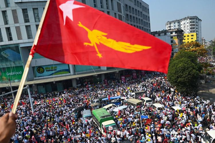 Manifestação contra o golpe militar em Yangon em 22 de fevereiro de 2021 (Foto: AFP)