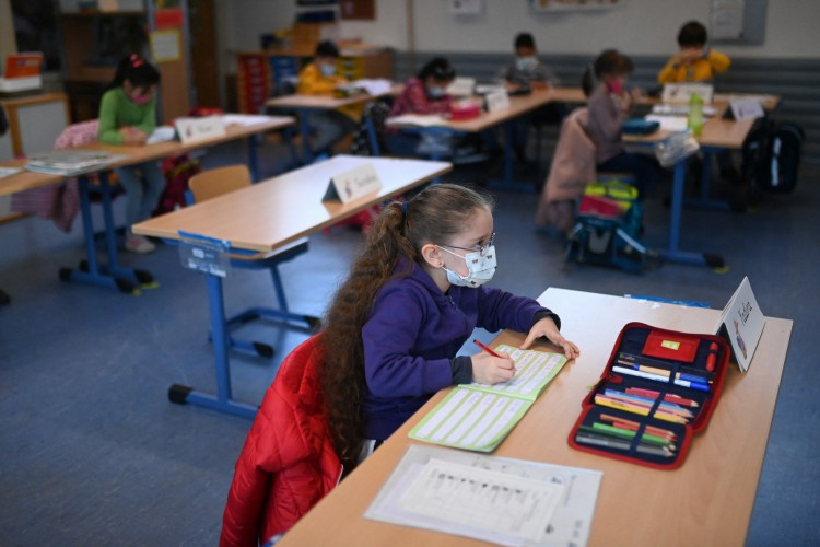 Alunos da segunda série usam máscaras enquanto assistem às aulas na escola primária de Petri em Dortmund, oeste da Alemanha, em 22 de fevereiro de 2021 (Foto: AFP)