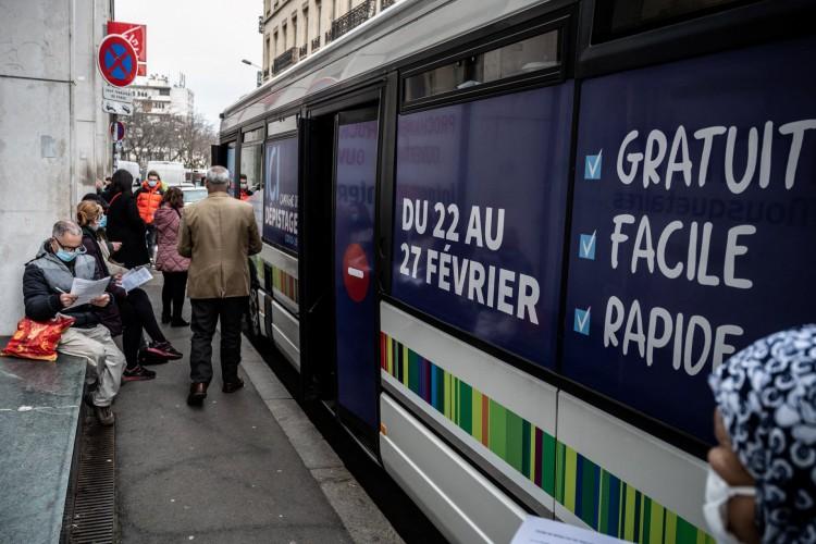 Os pacientes se inscrevem para um teste de saliva Covid-19 em um ônibus em Saint-Etienne, centro da França   (Foto: AFP)
