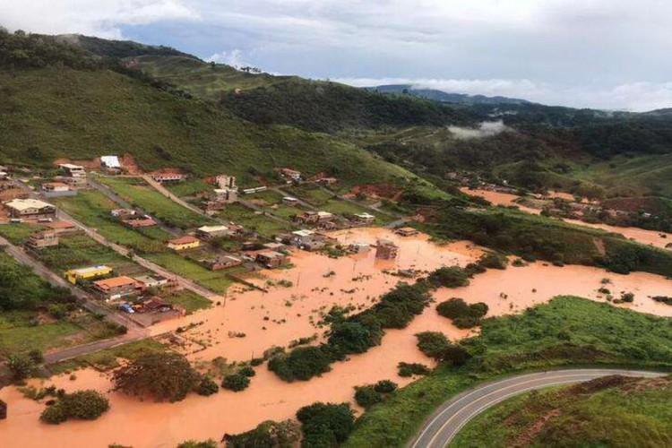 Bombeiros encontram mais três soterrados em Santa Maria de Itabira (Foto: )