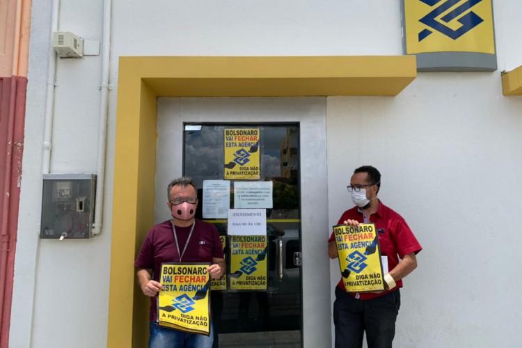 Adesivos foram colados nas portas das agências que estão sendo fechadas no Ceará. Na foto, a agência de Alto Santo, no interior do Ceará. (Foto: Reprodução/ SEEB)