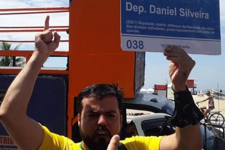 Placa em homenagem a Daniel Silveira foi apresentada durante manifestação neste domingo, no Rio de Janeiro (Foto: Reprodução/Twitter)