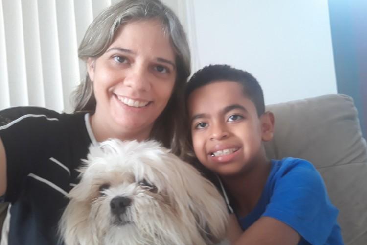 Vitor Alexandre Guimarães Vieira hoje mora no abraço de Patrícia Guimarães Vieira e um novo jeito de viver adentrou a vida de ambos (Foto: Divulgação/Defensoria Pública do Estado do Ceará)