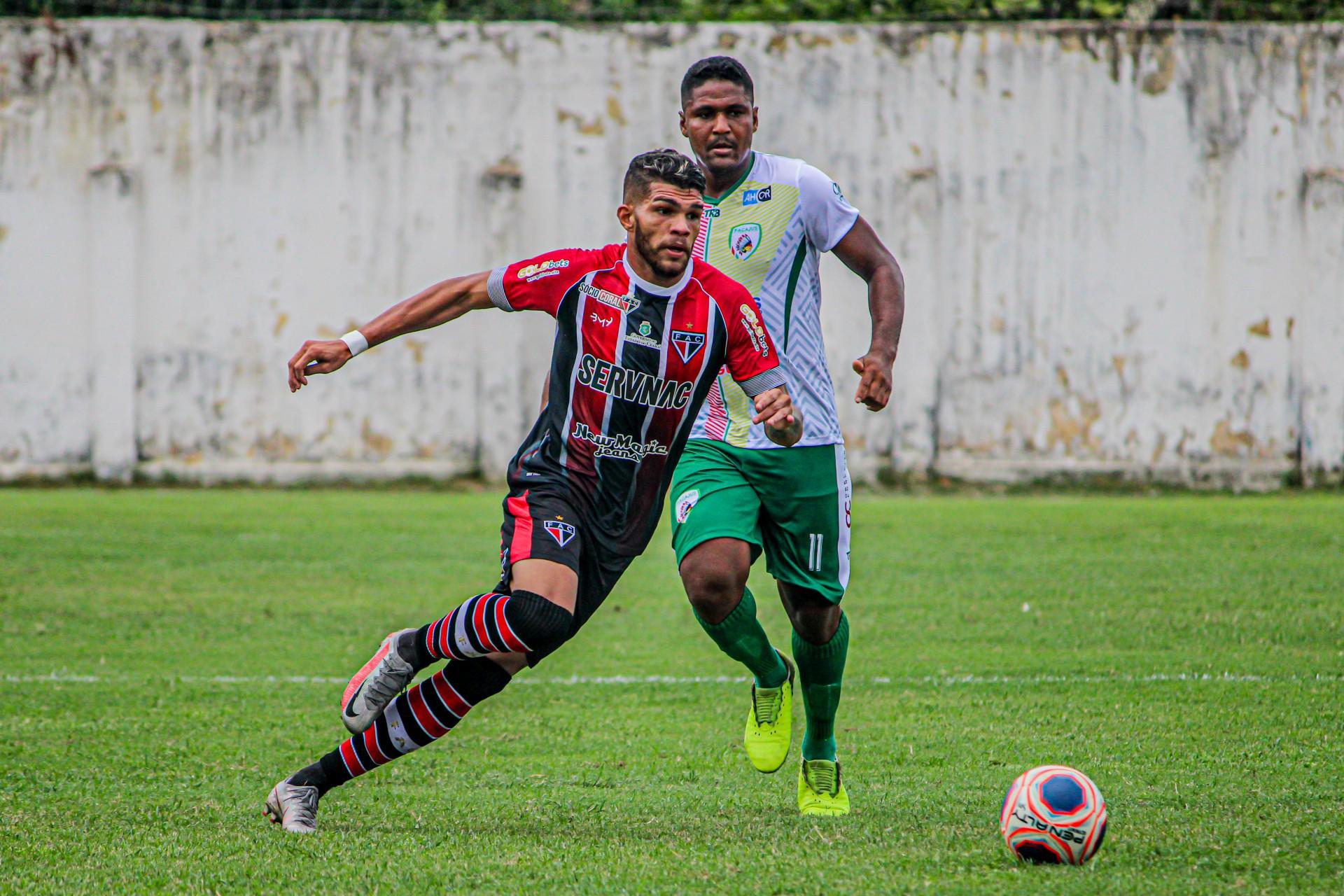 Berguinho (à frente) é destaque do Ferroviário até agora na temporada