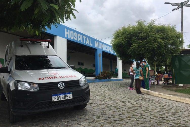 Movimentação no Hospital de Maranguape após a transferência de pacientes com Covid-19 para Fortaleza (Foto: Thais MesquisTa/OPOVO)