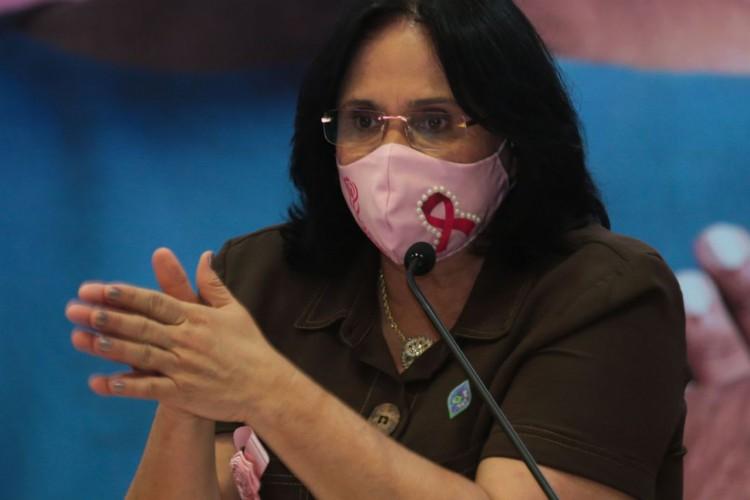A ministra da ministra da Mulher, da Família e dos Direitos Humanos, Damares Alves,  participa do lançamento da campanha para detecção precoce do câncer de mama (Foto: Marcello Casal JrAgência Brasil)