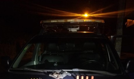 A Polícia Militar prendeu dois homens em flagrante por tráfico de drogas. Com eles, foi encontrado um simulacro de fuzil